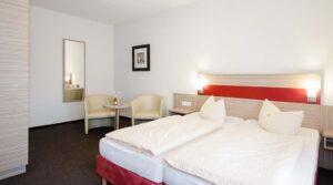 Doppelzimmer mit Doppelbett im Hotel Gasthof zur Post in Cuxhaven Duhnen