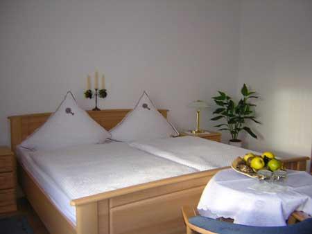 Doppelbett im Doppelzimmer