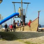 Abenteuerschiff fuer Kinder am Strand in Cuxhaven Doese