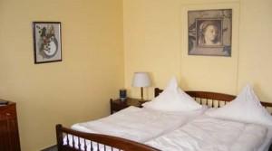 Doppelbett im Zimmer