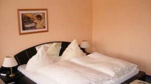 gemütliches Bett im Doppelzimmer