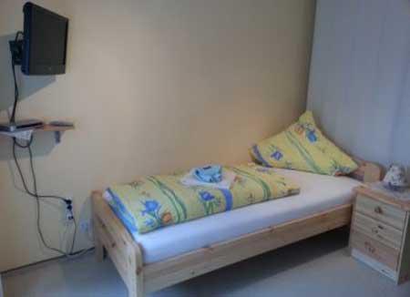 Einzelbett mit TV