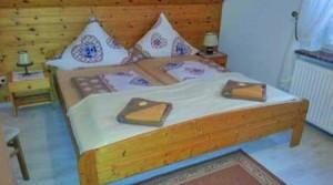 Doppelbett im Doppelzimmer in der Pension Döser Strand