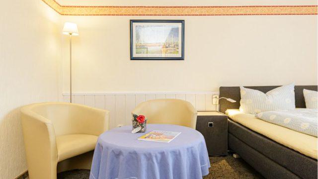 Sitzgruppe im Doppelzimmer im Gästehaus Blauth