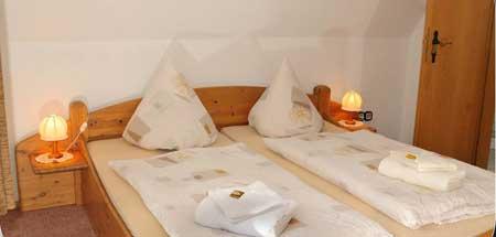 Doppelbett im Zimmer des Gästehauses in Sahlenburg