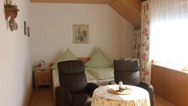 Zimmer 7 mit Doppelbett und Sitzbereich in der Pension Witten Höhen