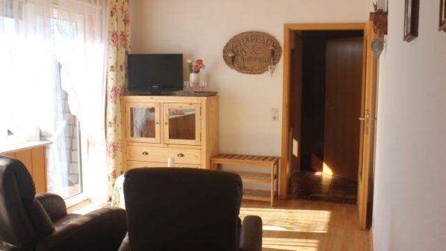 Sitzgruppe und TV im Zimmer 7 der Pension Witten Höhen in Cuxhavne