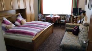 Gästezimmer mit Doppelbett und TV
