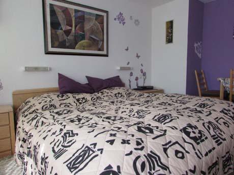 zimmer 2 das lila zimmer cuxhaven hotels pensionen. Black Bedroom Furniture Sets. Home Design Ideas